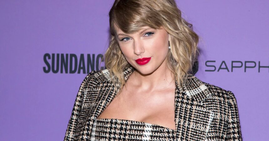 #VOA: Taylor Swift Returns to ACM Awards for 'Folklore' Premiere. #VOANews