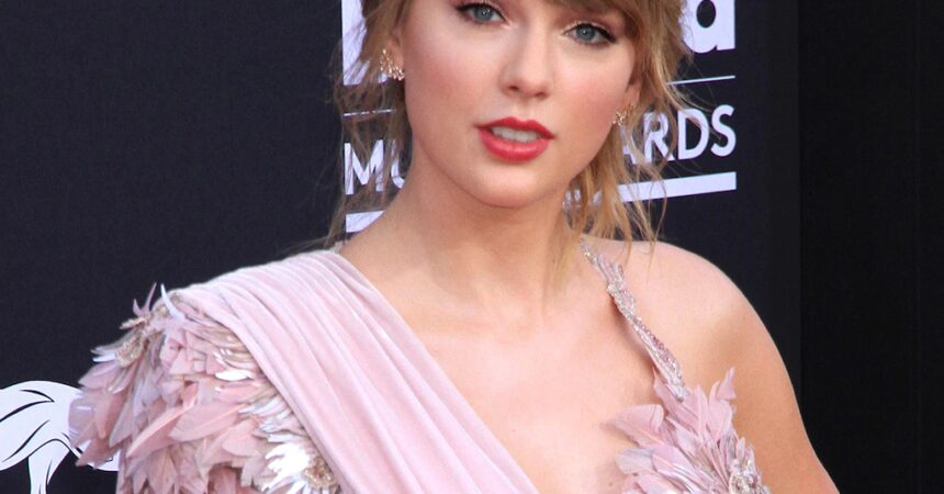 #VOA: Swift Wins Top Prize At AMAs, Says She's Re-Recording Music. #VOANews